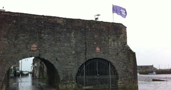 Athnuachan déanta ar an mBratach Chorcra  do Chathair na Gaillimhe